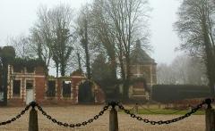 Château -  Hénencourt (Somme, France).  Dépendance en ruines, avec le colombier de la ferme du château.   Il pourrait très vraisemblablement s'agir des anciennes écuries.
