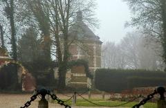 Château -  Hénencourt (Somme, France).   Dépendance en ruines, avec le colombier de la ferme du château.
