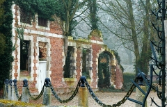 Château -  Hénencourt (Somme, France).  Dépendance en ruines, sur le côté gauche du château, le long de la ferme.   Il pourrait très vraisemblablement s'agir des anciennes écuries.