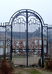 Château -  Hénencourt (Somme, France).   La grille du château.