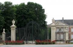 Château -  Hénencourt (Somme, France) -    La grille du château.