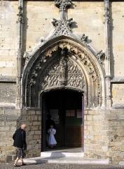 Eglise Saint-Jean -  Péronne (Somme, France) -    Façade Ouest de l'église Saint-Jean-Baptiste: portail de droite.