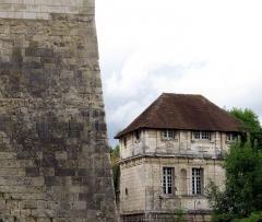Ruines du château -  Picquigny (Somme, France) -   Le Pavillon Sévigné et le rempart du château.   .