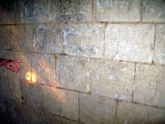 Ruines du château -  Picquigny (Somme, France) -   Dans le château, un mur de la prison conserve des graffiti datant de l'époque des Templiers.   .