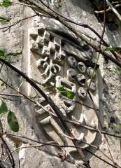 Ruines du château -  Picquigny (Somme, France) -   Château, et plus particulièrement le Pavillon Sévigné.  Les 3 blasons sur la façade côté jardin (visibles au-delà du mur, depuis le chemin menant à la collégiale) sont cachés par la végétation envahissante. (état en automne 2007).   Blason le plus à gauche.