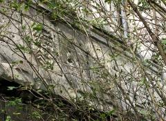 Ruines du château -  Picquigny (Somme, France) -   Château, et plus particulièrement le Pavillon Sévigné.   Les 3 blasons de la base du premier étage sur la façade côté jardin (visibles au-delà du mur, depuis le chemin menant à la collégiale) sont cachés par la végétation envahissante. (état en automne 2007)