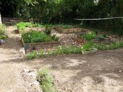 Ruines du château -  Picquigny (Somme, France) -   Château.  Jardin médiéval en cours d'aménagement devant le Pavillon Sévigné.   .