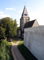 Ruines du château -  Picquigny (Somme, France) -    L'église, derrière le rempart du château, vue depuis le premier étage du Pavillon Sévigné.