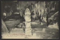 Grotte de Saint-Marcel - English: Le Champignon et derrière, sur le sol, la Tortue d'Ardèche