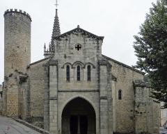 Eglise Notre-Dame-des-Pommiers - Français:   Largentière - Église Notre-Dame-des-Pommiers - Façade occidentale et la tour ronde du rempart