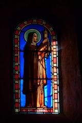 Eglise - Deutsch: Bleiglasfenster in der Kirche Sainte-Croix in La Baume-de-Transit, Darstellung: hl. Clara