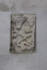 Autels tauroboliques (trois) - Français:   Autal taurobolique romain dans un mur de Die. Trouvé à Die et encastré dans le mur du tribunal. Pas d'inscription visible. Calcaire. Décor sculpté: têtes de taureau avec infulae, et de bélier, surmontant un caducée, corne et tibia (flûte) croisées, un tympanon, un harpè (couteau de sacrifice), une paire de cymbales.