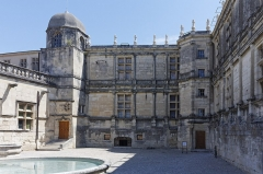 Château -  well courtyardl, fançade of the old Adhémar castle, rebuilt in the 16th century