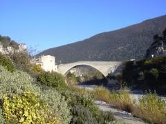 Pont sur l'Eygues - Deutsch: Pont de Nyons in Südfrankreich. 1407 fertiggestellt, 40,53 m Spannweite.