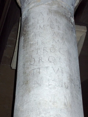 Cathédrale Saint-Apollinaire - Español: Miliario romano del emperador Aureliano reutilizado en la fábrica de la catedral de Valence (Francia), correspondiente con la inscripción CIL XVII2 160 = CIL XII 5549: Imp(erator) Caesar L(ucius) Domit[ius]/ Aurelianu[s] P(ius) F(elix) Inv[i]ct[us]/ [Au]g(ustus) p(ontifex) m(aximus) Ger[manic(us) max(imus)]/ [Go]thic(us) ma[x(imus) Carpic(us) max(imus)]/ [Par]thic(us) ma[x(imus) trib(unicia) pot(estate) VI co(n)s(ul)]/ [III] p(ater) p(atriae) proco(n)[s(ul) pacator et res/[titut]or orb[is refecit et]/ [r]estituit [---]/ milia [passuum] III