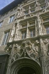 Maison des Têtes - Français:   Façade de la Maison des Têtes (détail) à Valence (Drôme, France)