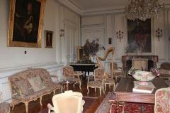 Château de Moidière - Français:   Canapé, fauteuils, harpe, Salle à manger du Château de Moidière à Bonnefamille (38) Isère