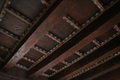 Prieuré - Français:   Détail du plafond à caissons de l\'accès au cloître du prieuré de Champdieu (42).