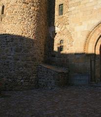 Prieuré - Français:   Détail montrant dans le renfoncement de la tour sud-est les vestiges de l\'ancienne porte de l\'église du prieuré de Champdieu (42).