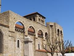 Prieuré - Français:   L'église et le prieuré sont fortifiés, aux XIVème et XVème siècles.