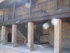 Prieuré - Français:   Le prieuré s'organise autour d'une cour centrale entourée de quatre galeries.