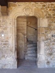 Prieuré - Français:   Une galerie dessert les 3 corps de bâtiment. Escalier d\'accès.