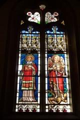 Eglise Saint-Philibert - Deutsch: Bleiglasfenster in der Kirche Saint-Philibert in Charlieu, Darstellung: hl. Stephanus (links) und des Erzengel Michael