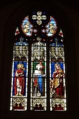 Eglise Saint-Philibert - Deutsch: Bleiglasfenster in der Kirche Saint-Philibert in Charlieu, Darstellung: hl. Viktor (links), hl. Ludwig (Mitte) und hl. Elisabeth von Portugal (rechts)