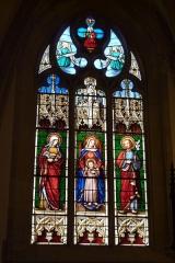Eglise Saint-Philibert - Deutsch: Bleiglasfenster in der Kirche Saint-Philibert in Charlieu, Darstellung: hl. Anna (links), Muttergottes mit Kind (Mitte), hl. Josef (rechts)