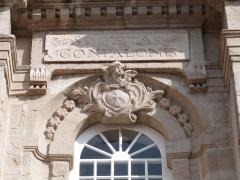 Chapelle des Pénitents du Confalon - Français:   Cartouche avec l\'inscription latine de la confrérie surmontant le décor sculpté à la clé de la fenêtre axiale du premier étage (chapelle des Pénitents du Confalon à Montbrison, Loire)