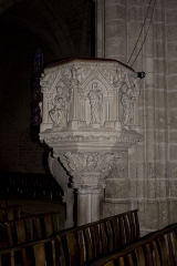 Eglise Notre-Dame - English:  The vat of the chair rests on four columns and capitals.