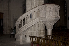 Eglise Notre-Dame - English:  The tank and the staircase are decorated with bas-reliefs.