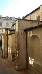 Eglise Saint-Pierre-des-Terreaux - Français:   Mur dans la cour du musée des beaux-arts.