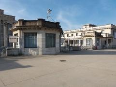 Ancien marché aux bestiaux des abattoirs de la Mouche, actuellement salle des fêtes et salle de concert dite halle Tony Garnier - Français:   Bâtiment central au nord.