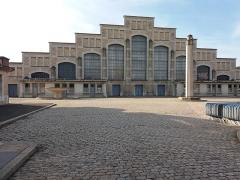 Ancien marché aux bestiaux des abattoirs de la Mouche, actuellement salle des fêtes et salle de concert dite halle Tony Garnier - Français:   Façade nord depuis la grille d\'entrée.