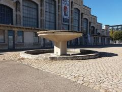 Ancien marché aux bestiaux des abattoirs de la Mouche, actuellement salle des fêtes et salle de concert dite halle Tony Garnier - Français:   Fontaine.
