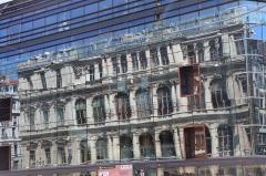Palais du Commerce - Polski: Lyon - odbicie budynku Giełdy w fasadzie Grand Bazar