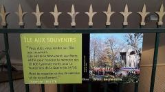 Parc de la Tête-d'Or - Portail entrée passage souterrain pour accéder à l'Île du souvenir,  monument aux morts du parc de la Tête d'or