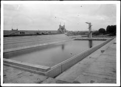 Stade municipal dit stade Gerland - Français:   Stade nautique de Gerland à Lyon, architecte Tony Garnier. Vue générale de la piscine sans baigneurs. en arrière plan, le stade pour les sports athlétiques.