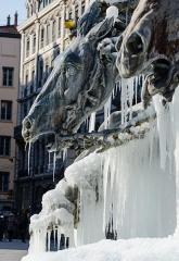 Fontaine Bartholdi - Chevaux de la fontaine de Bartholdi de Lyon sous la glace