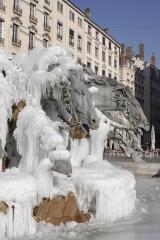 Fontaine Bartholdi - Lyon: fontaine Bartholdi prise dans la glace après une vague de froid en février 2012