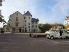 Hôtel de ville (ancien château des Marquis d'Aix) - English: The Place Maurice Mollard of Aix-les-Bains with the touristic train of Aix-les-Bains on October 26, 2015.