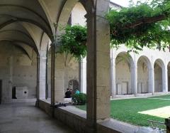 Archevêché - Français:   Chambéry, ville et préfecture du département de la Savoie (région Rhône-Alpes, France). Cloître du couvent des Franciscains, attenant à la cathédrale Saint-François-de-Sales.