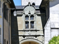 Archevêché - English: Sight of the molasse porch over the entrance to the cloister of the ancient archbishop's palace in Chambéry, Savoie, France.