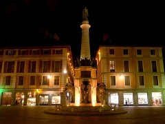 Fontaine des Eléphants - English: Sight, by night, of the fontaine des éléphants fountain, coloured in orange within the framwork of the 'Orange Day' for the Elimination of Violence Against Women in 2018, in Chambéry, Savoie, France.