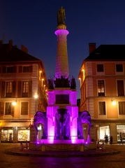 Fontaine des Eléphants - English: Sight of the fontaine des éléphants fountain, coloured in pink within the framwork of the 2018 'Pink October National Breast Cancer Awareness Month', in Chambéry, Savoie, France.