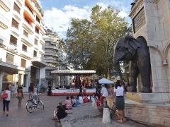 Fontaine des Eléphants - English: Sight of a musical scene near the fontaine des éléphants fountain of Chambéry (Savoie, France) during the 'forum des associations' event.