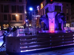Fontaine des Eléphants - English: Sight, by night, of the temporary ice rink installed all around the fontaine des Éléphants fountain during Christmas 2019, in Chambéry, Savoie, France.