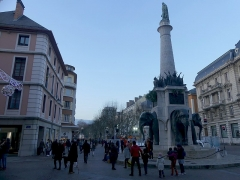 Fontaine des Eléphants - English: Sight, a few hours before 2019 New year's Eve, of the Place des éléphants place, in Chambéry, Savoie, France.