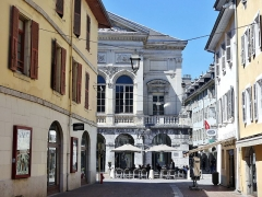 Théâtre municipal - English: Sight of the Rue Denfert-Rochereau street leading to the théâtre Charles-Dullin theater whose right part is visible ahead, in Chambéry, Savoie, France.